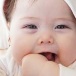 赤ちゃんを二重にする方法!無理やり目を開けるのは危険!?