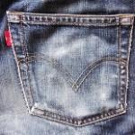 デニムやジーンズの色移り防止方法!鞄や靴に移った時の落とし方は?