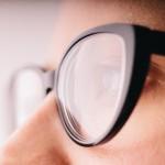 メガネやコンタクトをつけると疲れる原因!新しいメガネで疲れるのは?