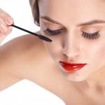 まつ毛はニベアやリップ・目薬で伸ばすことが可能?効果的な美容液は?